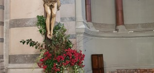 Fleurissement liturgique à Chaponost
